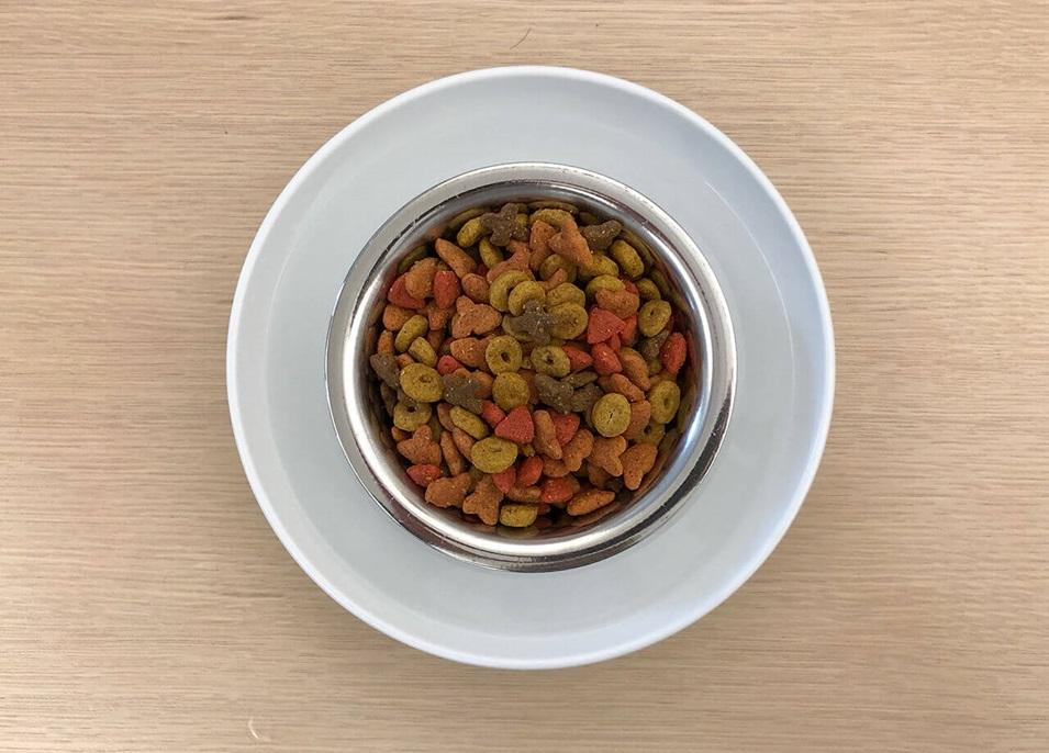 Una vista superior de un bol de agua con otro bol de alimento para mascotas adentro, para crear un foso.